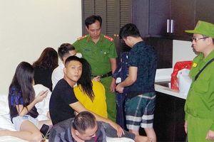 Bắt 7 'nam thanh, nữ tú' tổ chức sử dụng ma túy tại nhà nghỉ