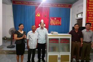 Chi bộ Ban Tuyên giáo Tỉnh ủy tặng sách tại Nam Đàn