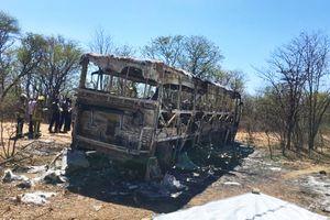 Xe buýt bất ngờ nổ tung, 42 người mất mạng