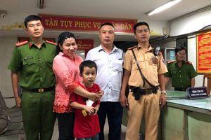 Bé trai lạc trong dòng người 'đi bão' sau trận Việt Nam thắng Malaysia