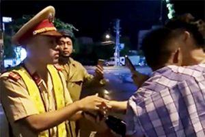 Phạt thanh niên bị cho là 'thúc cùi chỏ' khiến CSGT ngã ra đường
