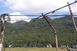 Thanh Hóa: Xe tải lùi làm đổ cột điện, 2 huyện biên giới mất điện hoàn toàn