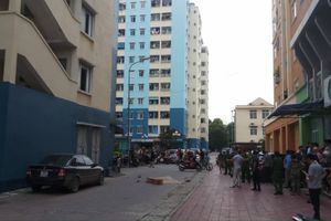Sau tiếng động lớn, tá hỏa phát hiện thi thể người đàn ông dưới sảnh chung cư