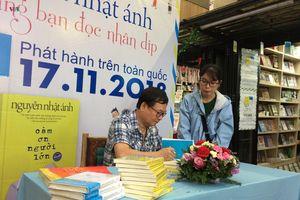 Độc giả háo hức đợi nhà văn Nguyễn Nhật Ánh ký tặng sách mới