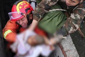 Clip: Nghẹt thở giải cứu bé trai bị mẹ đẻ rơi xuống toilet công cộng ở Trung Quốc