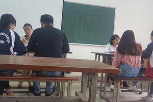 Vì sao sinh viên 'cắn răng' đóng tiền 'chống trượt' tiếng Anh?