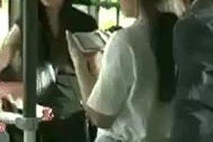 Đã móc túi còn phản ứng hung hãn, thủ phạm bị cô gái tung đòn hiểm không kịp trở tay