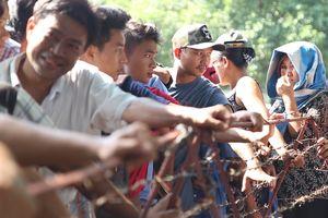 Người hâm mộ Myanmar xếp hàng dài mua vé trận tuyển Việt Nam