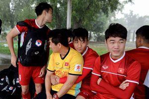 Tuyển Việt Nam kiên nhẫn ngồi trong xe buýt để được tập luyện