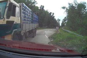 Xe tải phóng nhanh, va chạm với ôtô ở Philippines