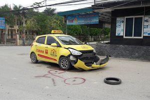 Xe taxi vỡ đầu sau cú va chạm với xe máy