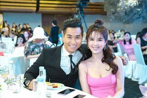 MC Nguyên Khang vui vẻ hội ngộ Hoa hậu Đỗ Mỹ Linh và Ngọc Trinh