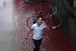 Chém đứt gân chủ xe ô tô: Camera ghi lại hình ảnh