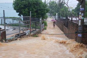 Nha Trang: Mưa lớn liên tục gây ngập nặng trên nhiều tuyến đường