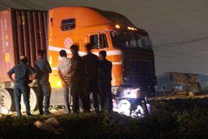 Xe máy va chạm với container, 4 người thương vong
