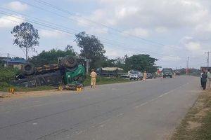 Hà Tĩnh: Tránh xe máy, xe tải 'phơi bụng' bên đường, 1 người nguy kịch