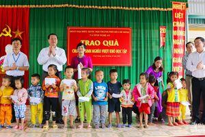 Đoàn đại biểu Quốc hội TP Hồ Chí Minh trao quà cho hộ nghèo tại Con Cuông và Tương Dương