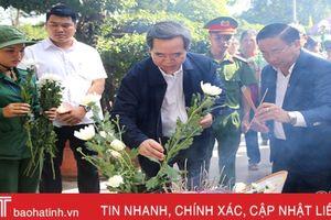Trưởng ban Kinh tế Trung ương dâng hương tại Ngã ba Đồng Lộc