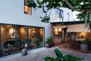 Thiết kế ngôi nhà mộc mang phong cách hoài cổ ở ven Sài Gòn
