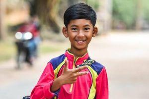 Tương lai vẫy gọi cậu bé người Campuchia biết nói hơn 10 ngôn ngữ