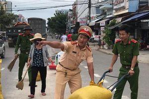 Cảnh sát giao thông dọn đá rơi vãi trên quốc lộ ở Bình Định