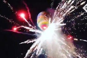 Khinh khí cầu chở pháo hoa nổ tung tóe, rơi xuống đám đông phía dưới