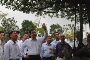 Bộ trưởng Bộ Nông nghiệp hào hứng trước các tác phẩm bonsai 'khủng'