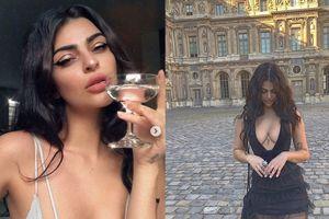 Người mẫu xinh đẹp bị cấm vào bảo tàng vì mặc hở hang