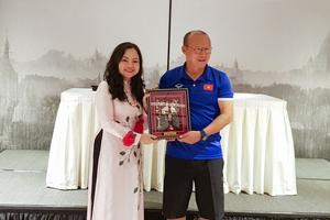 Đại sứ Việt Nam tại Myanmar tặng quà may mắn đội tuyển bóng đá Việt Nam