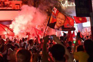 Báo Hàn 'sốc' với sự cuồng nhiệt của CĐV bóng đá Việt