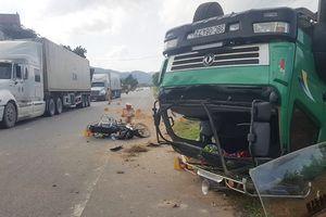 Tránh xe máy, ô tô tải lật ngửa giữa đường