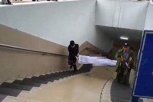 Người đàn ông chết cứng trong hầm đi bộ