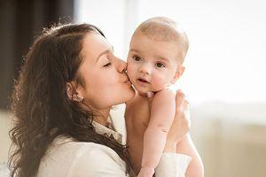 Làm gì để con từ 0 đến 12 tháng tuổi phát triển mạnh trí tuệ, thể chất?