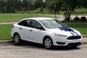 Dậy sóng cộng đồng mạng: Phụ huynh tặng cô giáo của con cả chiếc xe ô tô mới cứng