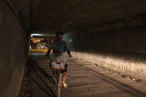 Hà Nội: Đèn chiếu sáng hầm chui 'tê liệt', người dân mò mẫm xuyên đêm