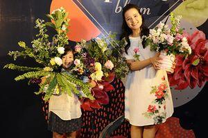 Con gái MC Minh Trang tone-sur-tone theo mẹ đi học cắm hoa