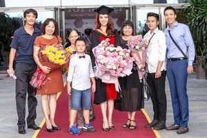 Chồng tặng hoa cho á hậu Thúy Vân nhưng rất 'kiêu' không chịu chụp hình chung