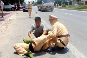 Đang xử lý vụ tai nạn trên đường, 2 chiến sỹ CSGT bị đâm trọng thương