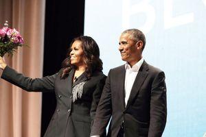 Ông Barack Obama bất ngờ tặng hoa cho vợ trong buổi quảng bá sách
