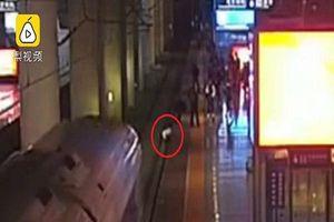 Nhảy xuống đường ray để hù dọa bạn trai, người phụ nữ suýt bị tàu cao tốc đâm trúng