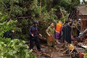 Công an cứu nạn và giúp dân tu sửa nhà do lốc cuốn