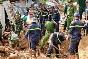 Công an dầm mưa, bất chấp hiểm nguy cứu nạn ở vùng lũ Nha Trang