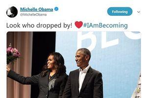Ông Obama cầm hoa bất ngờ xuất hiện ở buổi quảng bá sách của vợ