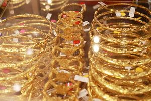 Giá vàng giảm, USD lặng sóng