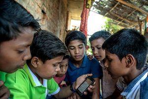 Chiêu vận động tranh cử độc: Phát smartphone cho cử tri
