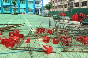 Sập giàn giáo sân khấu lễ 20-11, nhiều học sinh bị thương