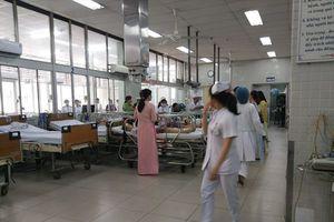 Vụ sập giàn giáo trong lễ kỷ niệm 20.11 ở TPHCM: Các bác sĩ đang cấp cứu cho nhiều học sinh bị thương