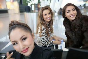 Minh Tú và Hoa hậu Lào vất vả giữ nụ cười tươi tại sân bay