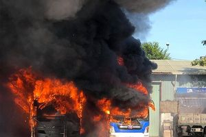 Cận cảnh vụ cháy thiêu rụi hai chiếc xe ôtô tại Đà Nẵng