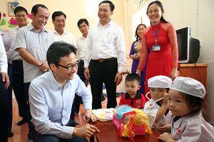 Phó Thủ tướng chia vui cùng thầy trò vùng đất học